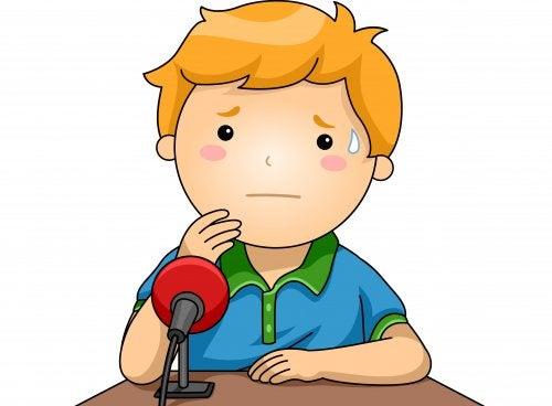 Niño con un micrófono delante con miedo a hablar en público porque no ha aprendido oratoria.