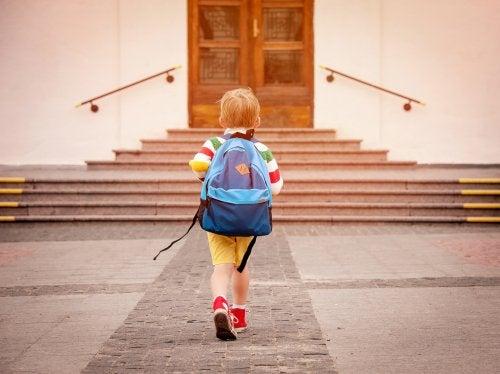 Niño llegando al nuevo colegio al que se acaba de cambiar.