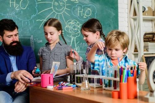 Niños en clase de ciencias poniendo usando el aprendizaje basado en retos.