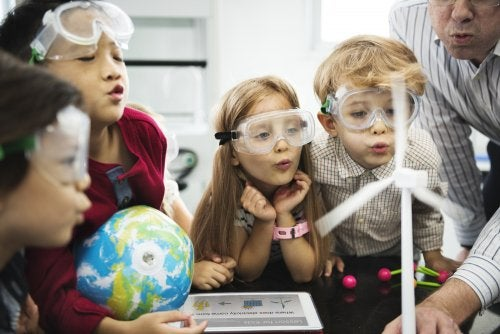 Niños con una enorme atención al aprendizaje en clase de ciencias.