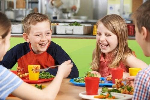 Niños disfrutando de una comida en el comedor escolar.