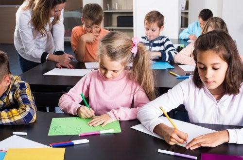 Niños aplicando estrategias metacognitivas en el aula.