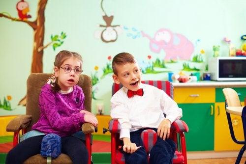 Niños con discapacidad intelectual en clase.
