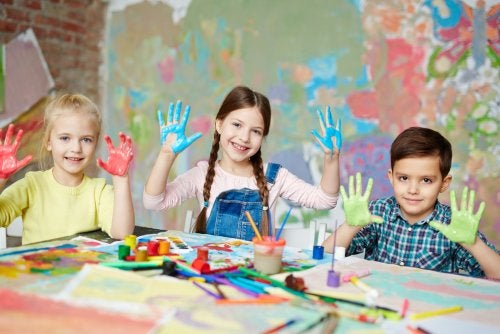 Niños haciendo obras de arte con las manos.