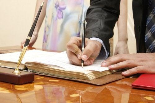 Padres firmando en el Registro Civil para inscribir a su hijo y solicitar el Libro de Familia.