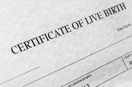 Partida o certificado de nacimiento.