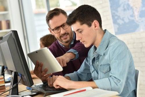 Profesor con su alumno motivándolo y mostrándole la importancia de la práctica.