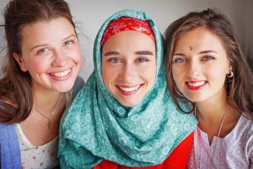Chicas amigas de diferentes culturas felices.