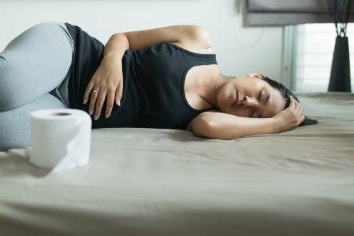 Mujer con estreñimiento durante el embarazo.