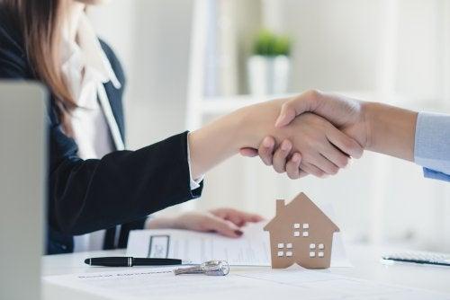 Pareja firmando la hipoteca de su nueva casa.