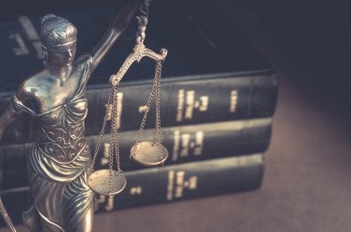 Justicia ciega con la balanza.