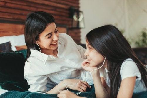 Madre escuchando música con su hija.