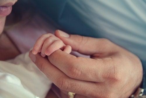 Padres con su bebé tras el nacimiento de este.