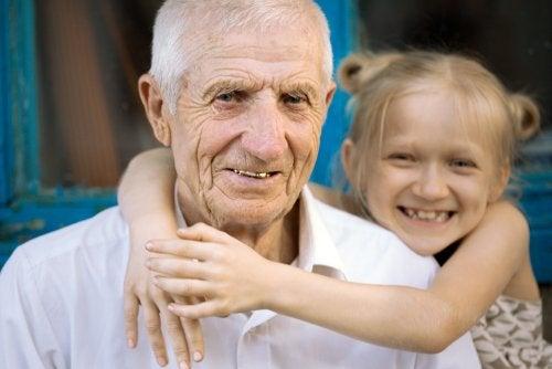 Nieta dando un abrazo a su abuelo.