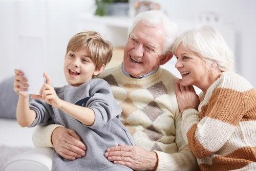 Nieto haciéndose un selfie con sus abuelos.