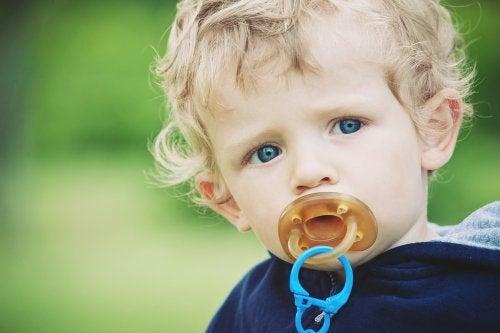 Niño con el chupete en la boca.