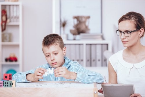 Niño formando un puzzle como parte del aprendizaje basado en retos.