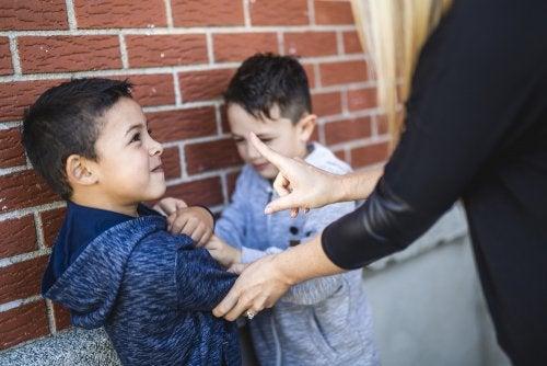 Niño pegando a otro en el recreo porque le hace bullying o acoso escolar.
