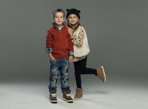 Niños vestidos y yendo completamente a la moda gracias a los libros infantiles de moda.
