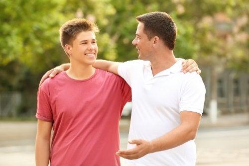 Padre hablando tranquilamente con su hijo adolescente.