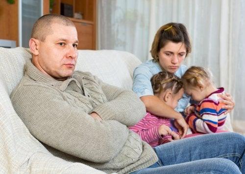 Padres con su hijos después de una discusión pensando en buscar un coordinador parental.