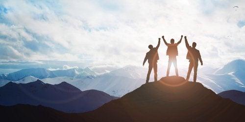 Grupo de amigos consigue conquistar la cima de la montaña gracias al valor de la constancia.