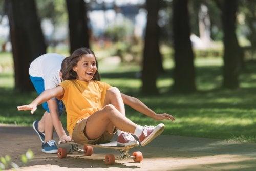 Preadolescentes disfrutando de una tarde al aire libre con el monopatín o skate.