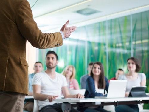 Reunión de docentes para plantear algunos pasos a seguir para crear hábitos de autorreflexión en educación.