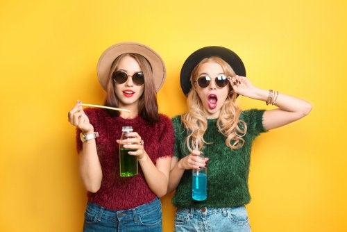 Chicas adolescentes vestidas a la moda.