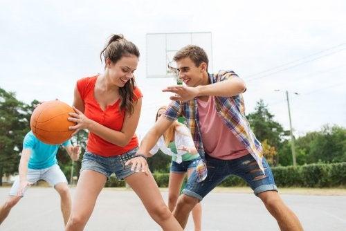 Adolescentes jugando al baloncesto con una de las formas de ocio alternativo.