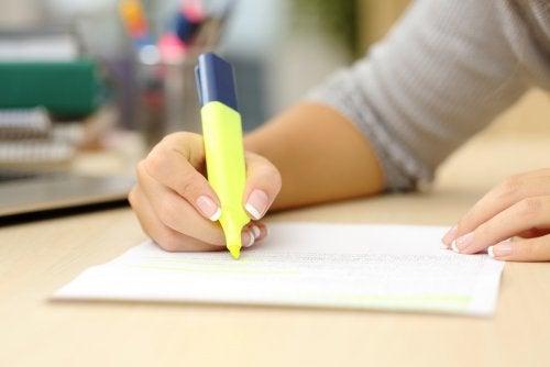 Alumno de secundaria subrayando los apuntes y aplicando una de las técnicas de estudio.
