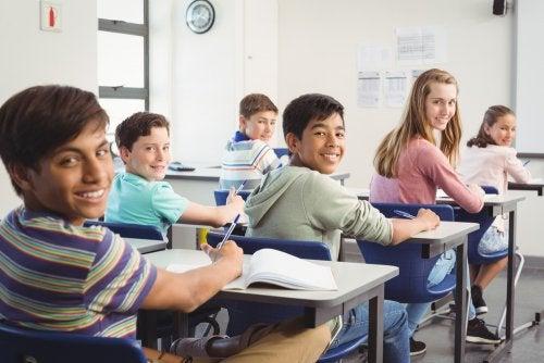Alumnos felices gracias al ambiente positivo que hay en el aula.