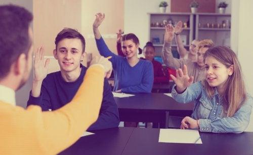 Profesor animando a sus alumnos a preguntar para mejorar en clase.