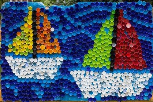 Barcos hechos con tapones de plástico.