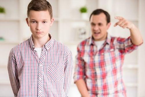 Padre e hijo discutiendo en casa.