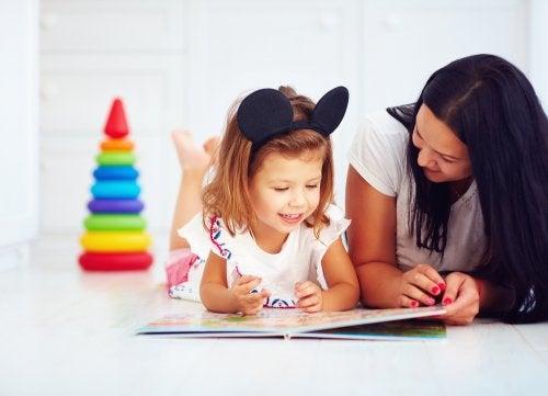 Madre leyendo un cuento con su hija.