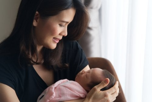Mamá con su bebé durante el postparto.
