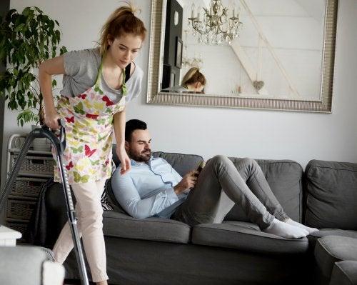 Una madre divorciada, compensada por su trabajo doméstico