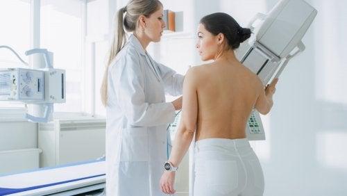 Mujer con cáncer de mama haciéndose pruebas en el hospital.