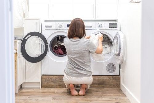 Mujer poniendo lavadoras.