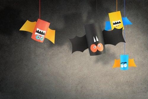 Murciélagos hechos con rollos de papel higiénico como manualidad para Halloween.