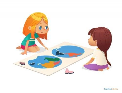 Niñas con un atlas infantil entre manos.