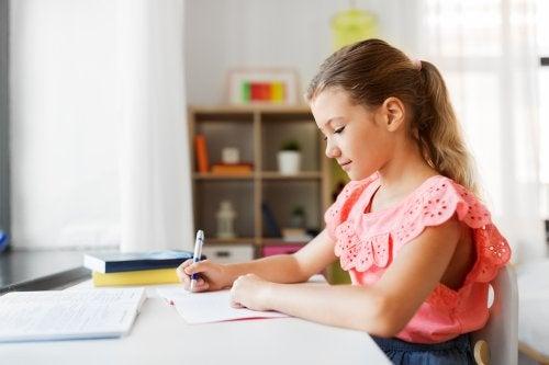 Niña haciendo deberes en un buen lugar de estudio en su habitación.