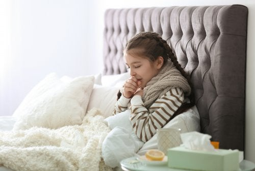 Niña en la cama con un resfriado.