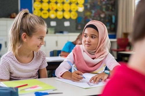 Alumnas haciendo un trabajo en colegio para observar su interacción en el ámbito académico.