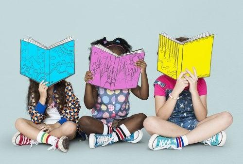 Niñas leyendo algunos libros infantiles para reír a carcajadas.