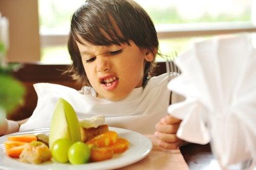 Niño con unos hábitos alimentarios malos porque no le gusta la fruta ni la verdura.