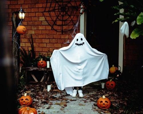 Niño disfrazado de fantasma para Halloween.