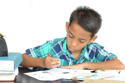 Niño estudiando en su habitación de manera eficiente gracias a la técnica pomodoro.