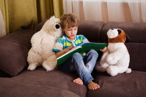 Niño leyendo libros recomendados para niños de entre 5 y 7 años.